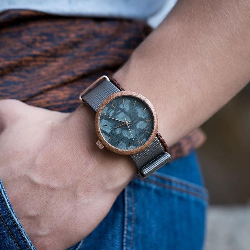 Dřevěné pánské hodinky černé barvy s textilním řemínkem