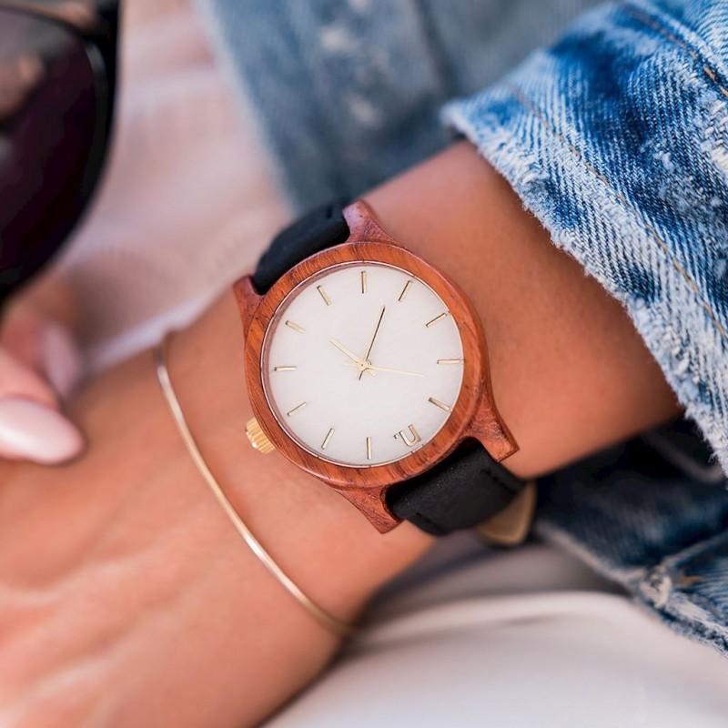 Dřevěné dámské hodinky černé barvy s koženým páskem