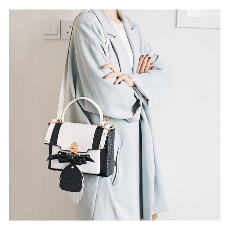 Dámská módní kabelka s křídly v tmavě modré barvě